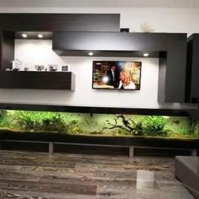 Встроенный аквариум в гостиной комнате