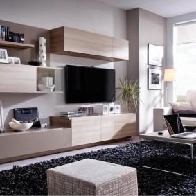 Подвесная мебель в гостиной комнате с большим окном