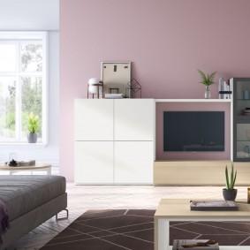 Белая стенка в гостиной с розовой отделкой