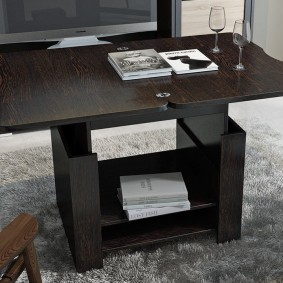 Стол-трансформер темно-коричневого цвета