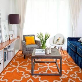 Журнальный столик на ярком ковре в гостиной
