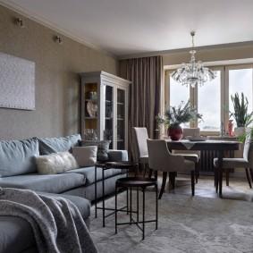 Стол в гостиной комнате перед окном