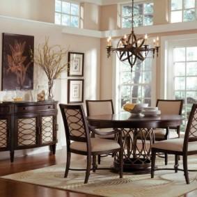 Деревянный стол в гостиной частного дома