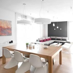 Белые стулья из качественного пластика