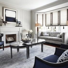 Прямой диван в эркере гостиной комнаты