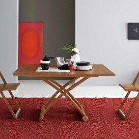 Складная мебель на ковре в гостиной