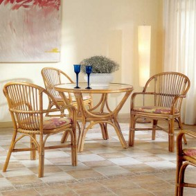 Плетенная мебель на керамическом полу в зале