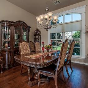 Полированный стол в стиле классика