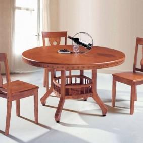 Простые стулья с жесткими сиденьями