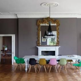 Композитные стулья с разноцветными спинками