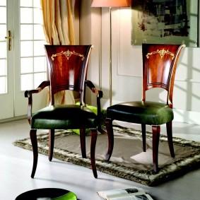 Темно-зеленая обивка на сидениях стульев в гостиной