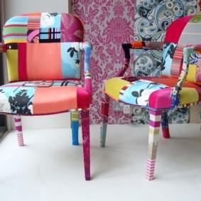 Яркая обивка на стульях в гостиной