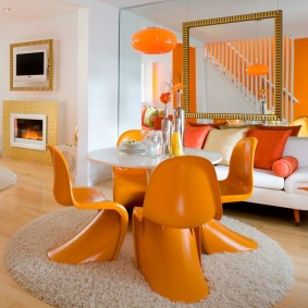 Пластиковые стулья оранжевого оттенка