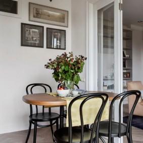 Закругленные спинки стульев в гостиной