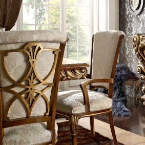 Ажурный декор на деревянной спинке стула в гостиной