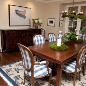 Массивный стол в кухне-гостиной
