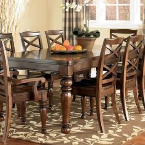 Классические стулья из дорогой древесины