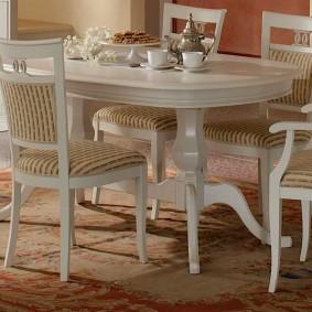 Светлая мебель из недорогой древесины