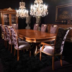 Хрустальные люстры над столом в гостиной