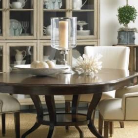 Темный стол с полированной поверхностью