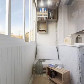 Старые деревянные ящики в интерьере балкона