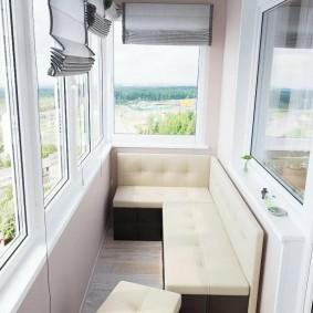 Угловой диванчик на балконе двухкомнатной квартиры