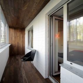 Деревянная отделка стен и потолка балкона