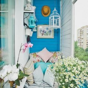 Прованский интерьер уютного балкона