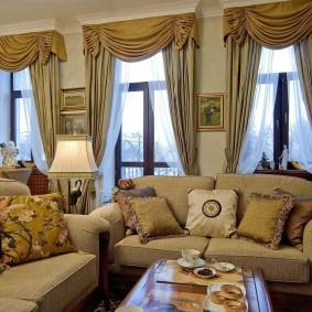 Декор шторами высоких окон в гостиной