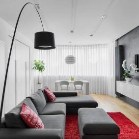 Белые занавеси в интерьере гостиной комнаты
