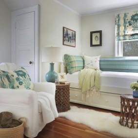 Римская штора на окне за диваном