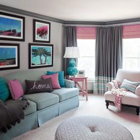 Розовые римские шторы на одном окне с серыми портьерами
