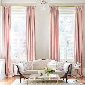 Розовые шторы на трубчатом карнизе