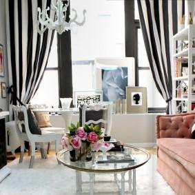 Полосатые шторы в небольшой гостиной