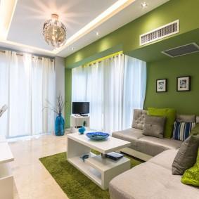 Белые шторы в гостиной современной квартиры