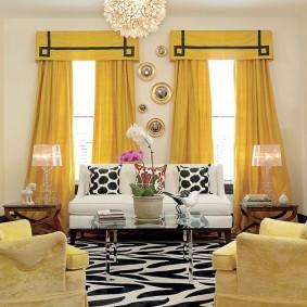 Яркие занавески с ламбрекеном в гостиной