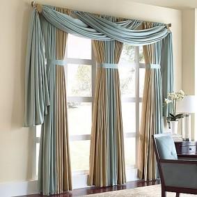 Красивое оформление окна в гостиной