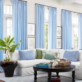 Дизайн гостиной с голубыми занавесками