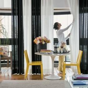 Черно-белые шторы в гостиной квартиры
