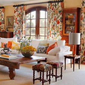 Пестрый текстиль в интерьере комнаты