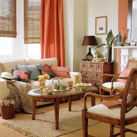Бамбуковые шторы на окне в гостиной