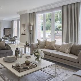 Раскладной диван в комнате с большими окнами