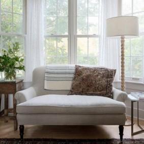 Узкий диванчик в эркере гостиной комнаты