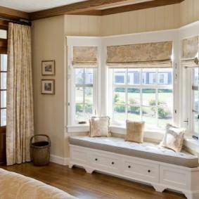 Встроенный диванчик в гостиной частного дома