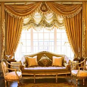 Шикарный ламбрекен на окне в зале классического стиля
