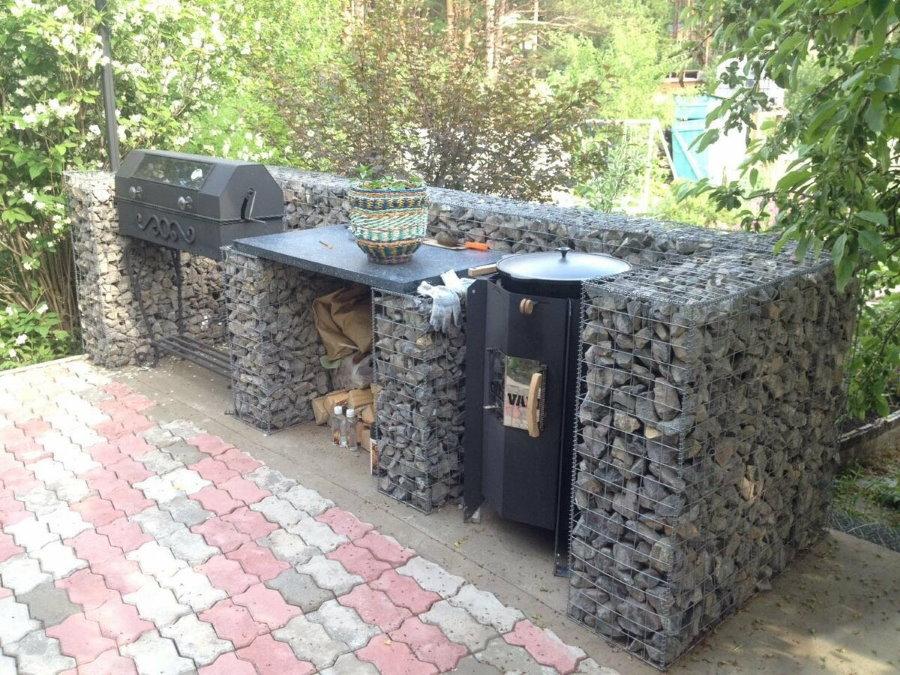 Садовая мебель из габионов в зоне готовки на даче