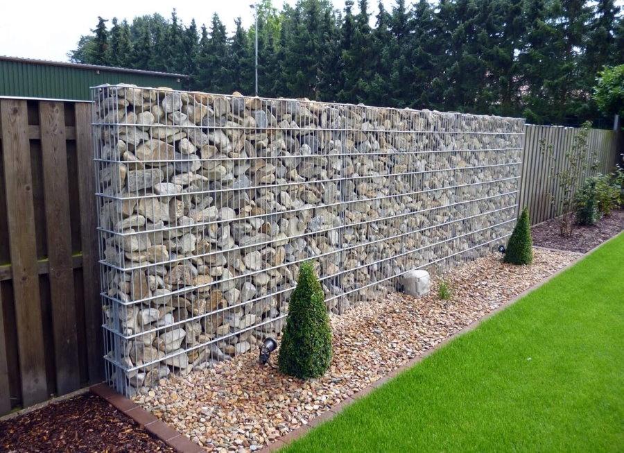 Забор из габионов на загородном участке