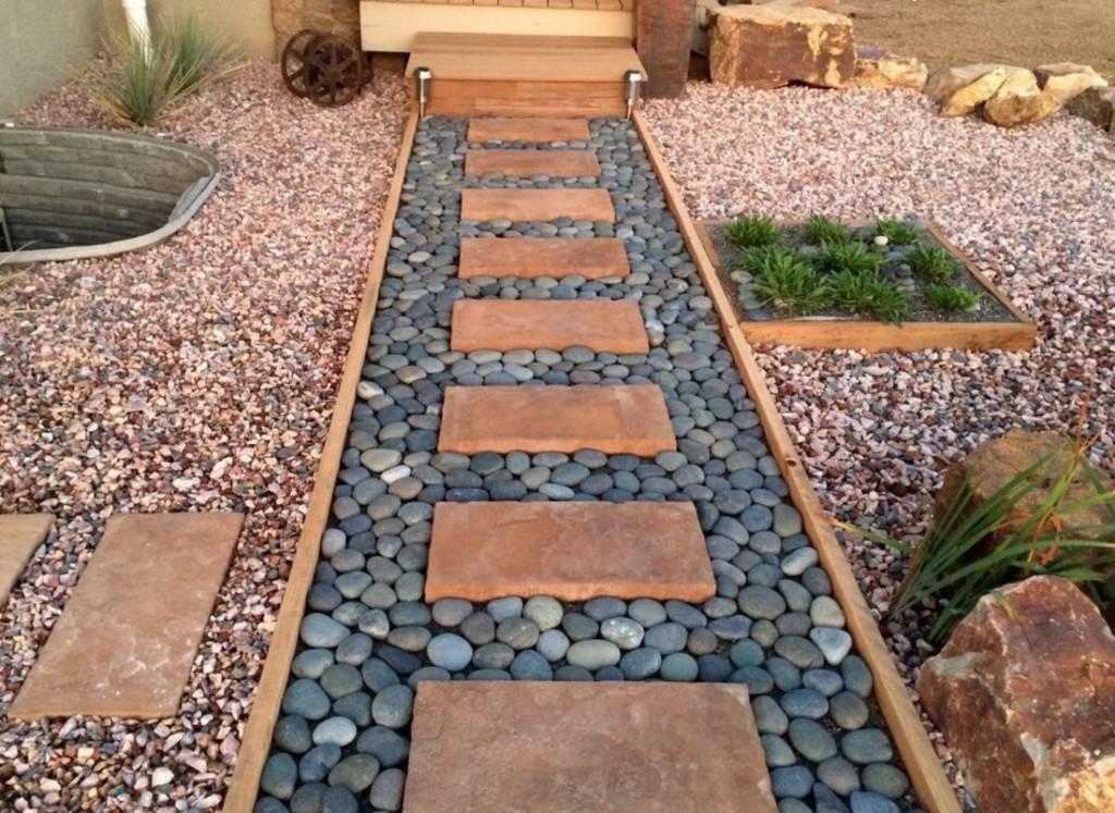 Садовая дорожка из гальки и каменных плит