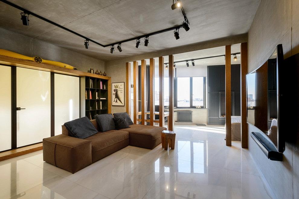 Гостиная комната с глянцевой плиткой на полу