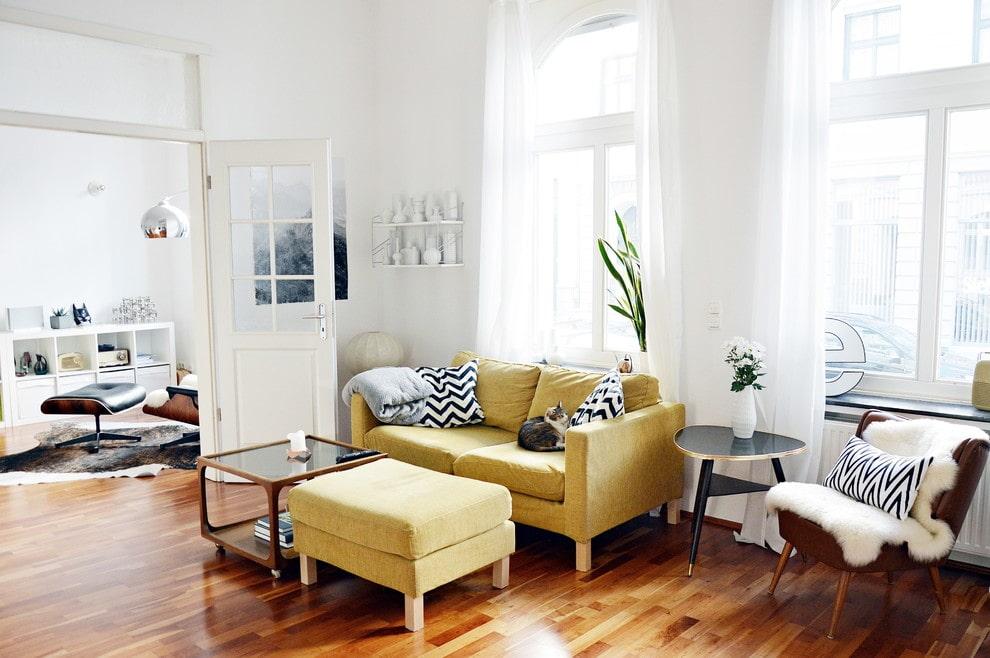 Небольшой диванчик с удобной оттоманкой